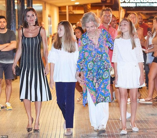"""Nữ hoàng Tây Ban Nha cũng rất bắt mắt với trang phục áo sơ mi dáng váy dài màu xanh biển cùng họa tiết mang đậm xu hướng """" miền nhiệt đới""""mix cùng quần culottes trắng"""