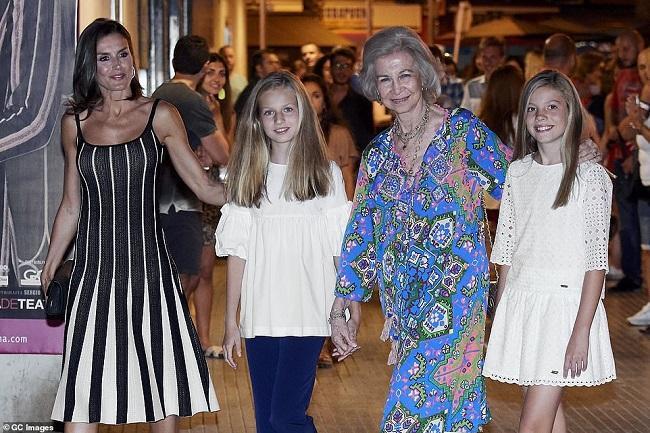 Cả gia đình Hoàng gia Tây Ban Nha gồm Hoàng hậu Letizia cùng hai cô con gái của cô và Nữ hoàng Tây Ban Nha xuất hiện trên phố tại một hòn đảo Mallorca thu hút sự chú ý của truyền thông
