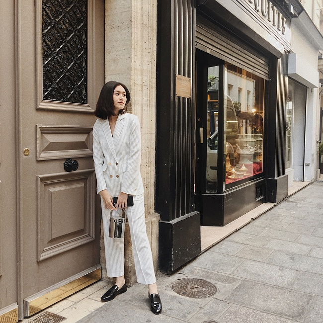 Thanh lịch trong thiết kế suit sọc trắng xanh mix cùng giày oxford đen bóng loáng trong một chuyến du lịch ở nước ngoài
