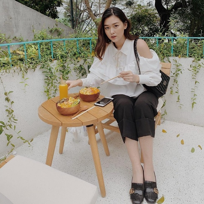 """Chân dài tiếp tục ghi điểm với set đồ đen – trắng cùng kiểu giày loafer của Gucci đang là """"hot trend"""" hiện nay mix cùng chiếc túi đen đến từ nhà mốt Pháp Chanel."""