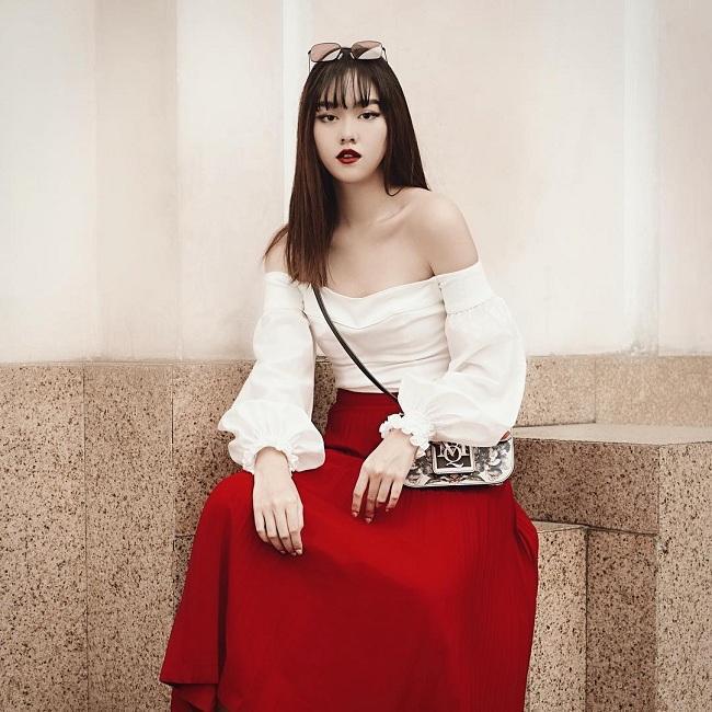 Lạnh lùng , sắc sảo trong chiếc áo trắng trễ vai mix cùng gam váy đỏ, cô còn xách kèm chiếc túi của nhà mốt Alexander McQueen với dòng logo độc đáo của hãng trên thân túi, giá của chiếc túi này được biết có giá hơn 2.500 đô la Mỹ ( tầm 58 triệu đồng )