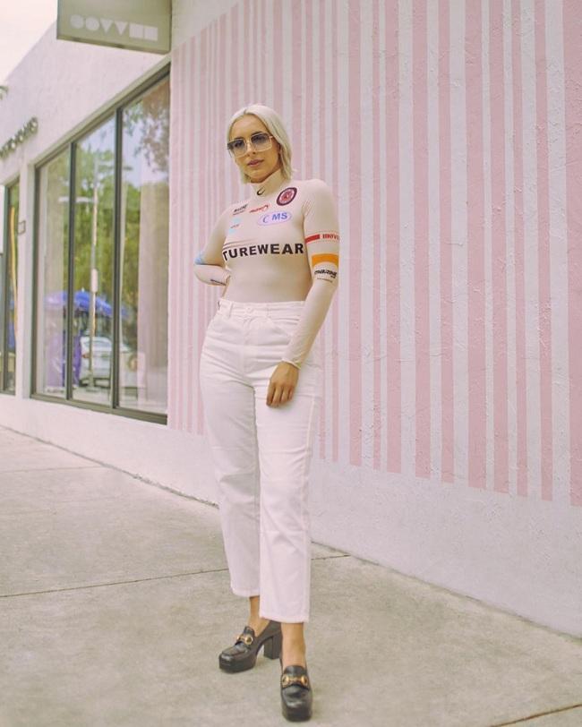 """Nhiều cô nàng fashionista cũng tranh thủ """"tậu"""" cho mình items này để diện đồ khi ra phố"""