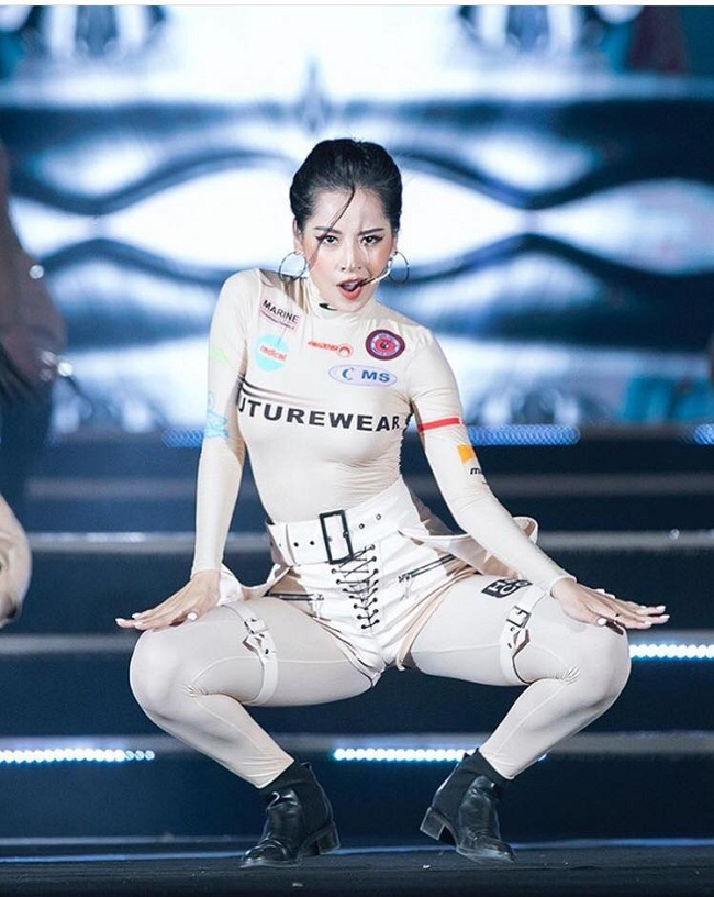 Được biết , chiếc áo có giá 7,9 triệu đồng cùng quần legging có giá tầm 11 triệu đồng. Kiểu thiết kế ôm sát body tôn dáng được người đẹp sinh năm 1993 khoác trên mình thu hút sự chú ý của khán giả