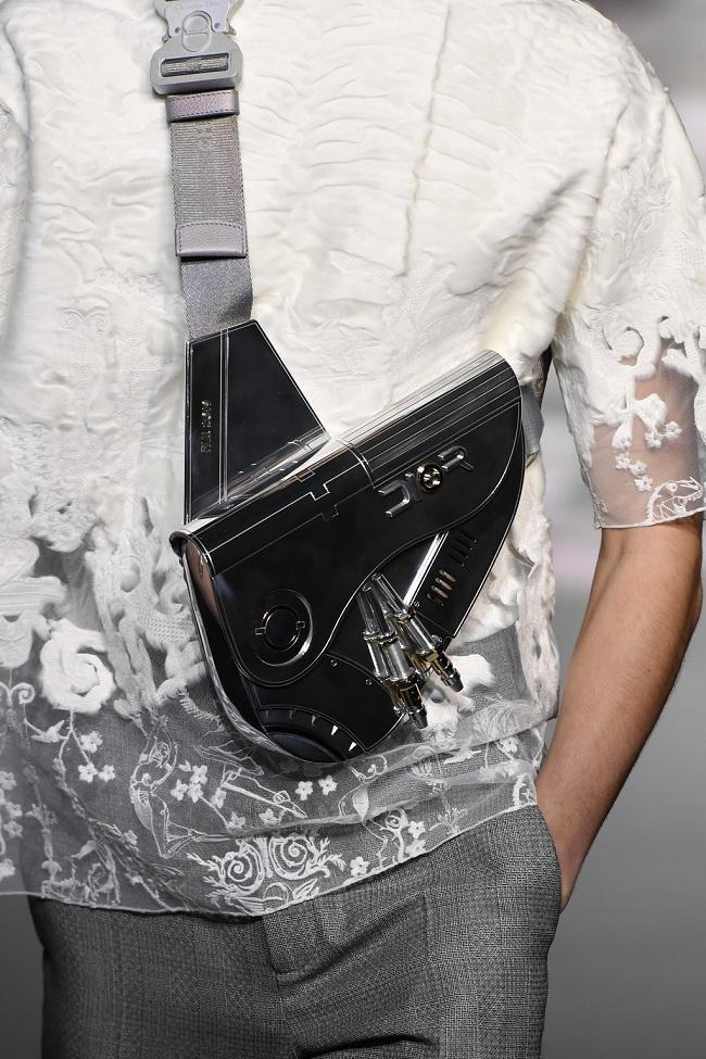 """Chiếc túi Dior kim loại màu bạc hàng """"limited"""" sang chảnh này có giá tận 35 nghìn đô la Mỹ (hơn 800 triệu đồng)"""