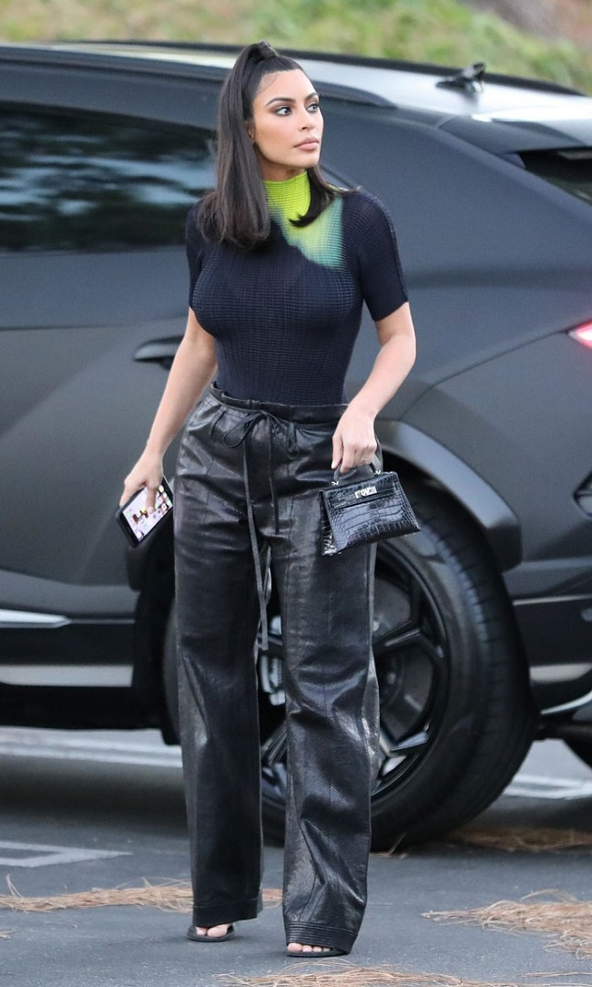 Kim Kardashian trước đó không lâu cũng khiến các tín đồ thời trang thích thú với chiếc túi mini Hermes Birkin chất liệu da cá sấu mà cô mix với trang phục khi đi gặp tổng thống Mỹ Donald Trump