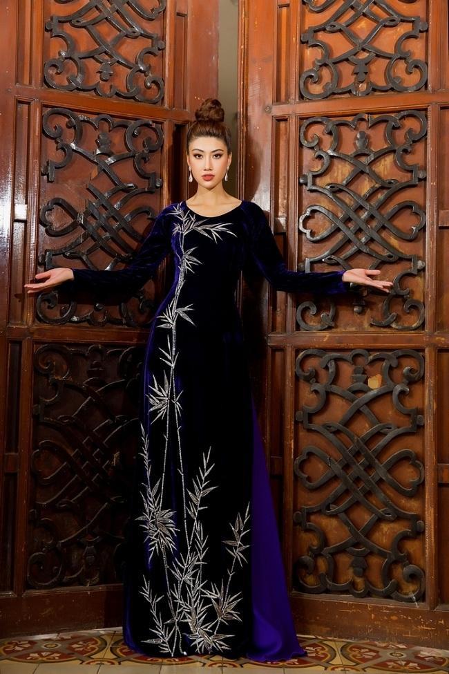 Có thể lựa chọn những kiểu áo dài bằng chất liệu lụa hay nhung để tặng cho người mẹ của mình trong dịp đặc biệt này. Dù chất liệu nào đi chăng nữa,tất cả những chiếc áo dài đó đều làm cho người phụ nữ Việt trở nên sang trọng và quý phái hơn.