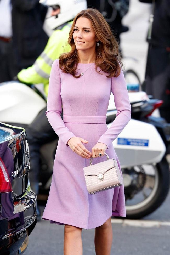 Thân hình thon gọn của bà mẹ Hoàng Gia Anh trong các thiết kế váy vóc nổi bật mỗi khi xuất hiện trước công chúng