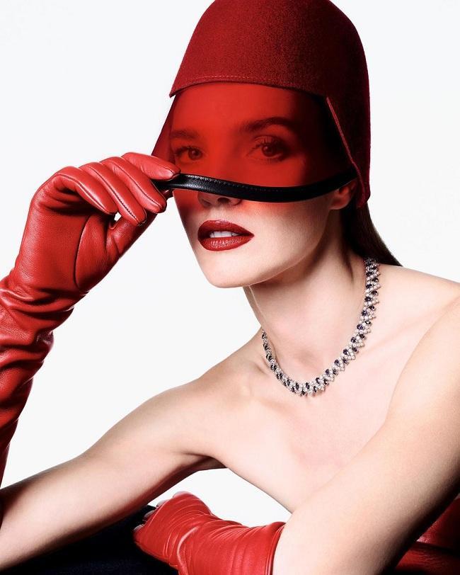 Siêu mẫu Nga hàng đầu thế giới vẫn xinh đẹp và thần thái ngút ngàn trong các shot chụp hình với tông chủ đạo gam màu đỏ