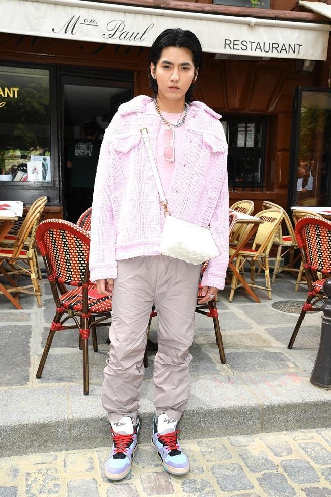 Ngô Diệc Phàm xuất hiện với set đồ màu hồng phấn với chiếc áo thun màu hồng pastel mix với áo khoác tiệp màu, tôn phong cách unisex cùng phụ kiện túi xách của dòng thời trang cho phái nữ và giày thể thao hầm hố. Dù trông cá tính trong combo đồ này nhưng cũng có nhiều ý kiến trái chiều tỏ vẻ không thích set đồ này của anh