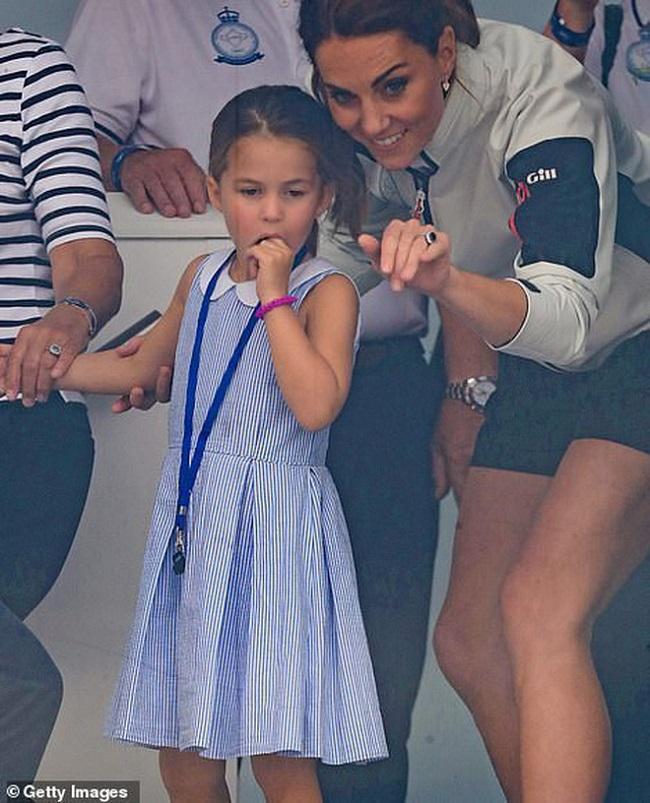 Người mẹ ba con đi cùng chồng và hai người con lớn của mình là Hoàng tử George và Công chúa Charlotte. Nhất cử nhất động của cô trong trang phục đều được chú ý