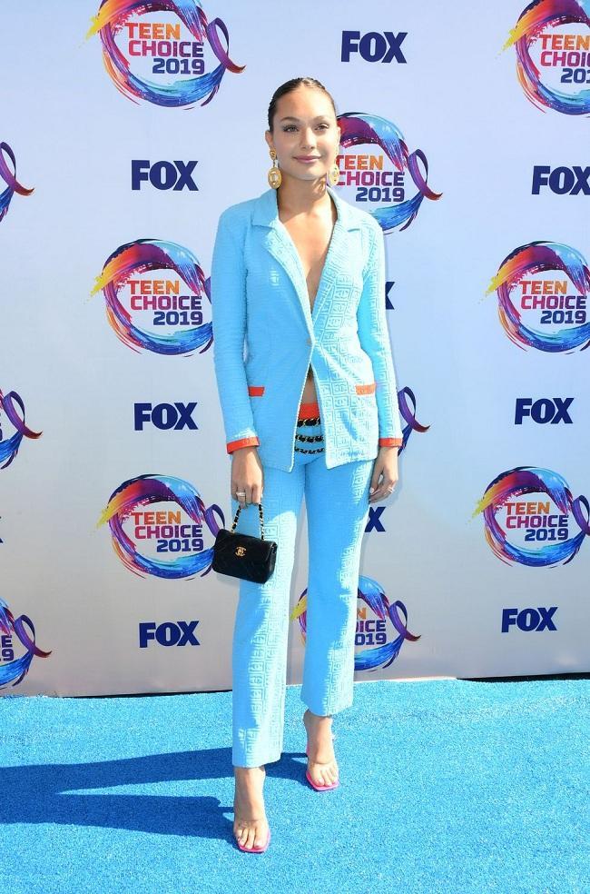 Nàng diễn viên – người mẫu trẻ Maddie Ziegler thanh lịch trong bộ suit cách tân màu xanh biển hài hòa, lạ mắt