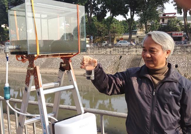 Năm 2013, TS Hồng Côn lấy nước Tô Lịch lên lọc và uống trước sự kinh ngạc của mọi người. Ảnh: NVCC