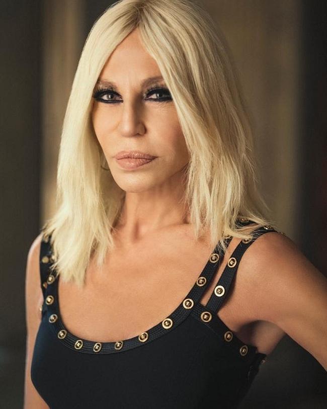 NTK Donatella Versace là em gái nhà sáng lập quá cố Gianni Versace, đồng thời là giám đốc sáng tạo của hãng
