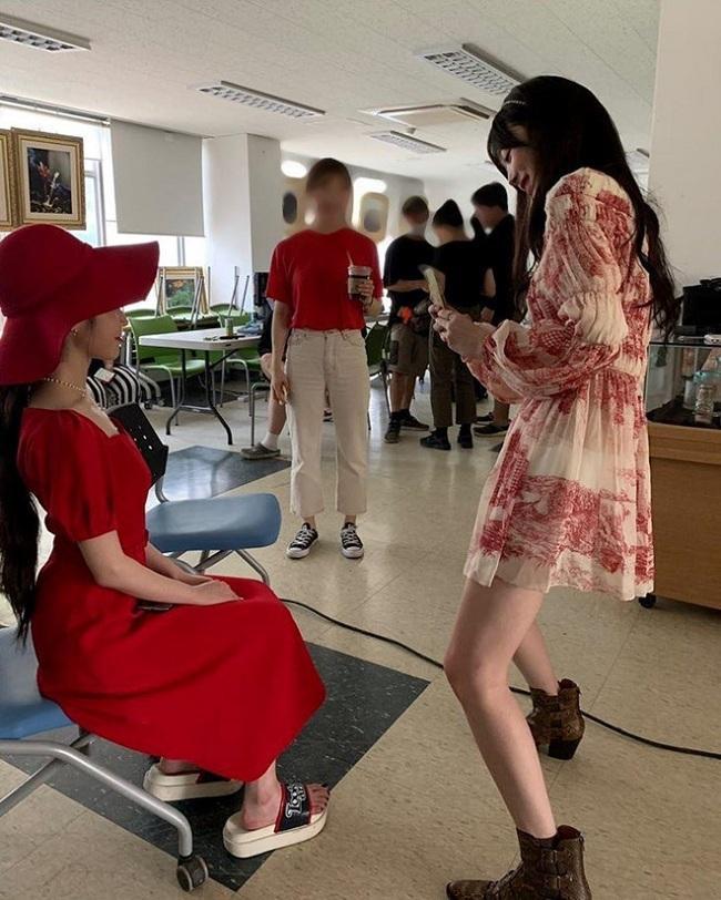 Trong hình sau hậu trường khi đang đứng chụp hình cho IU, Sulli khoác trên mình kiểu váy đậm chất mùa hè đến từ Chloé có giá 3.295 USD ( tầm 76 triệu đồng).