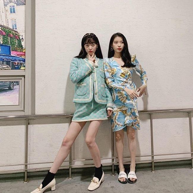 Đôi bạn thân khoác trên mình toàn set đồ hiệu sang chảnh nếu IU diện trên mình chiếc váy đến từ Moschino thì Sulli chọn combo vintage của nhà mốt Gucci