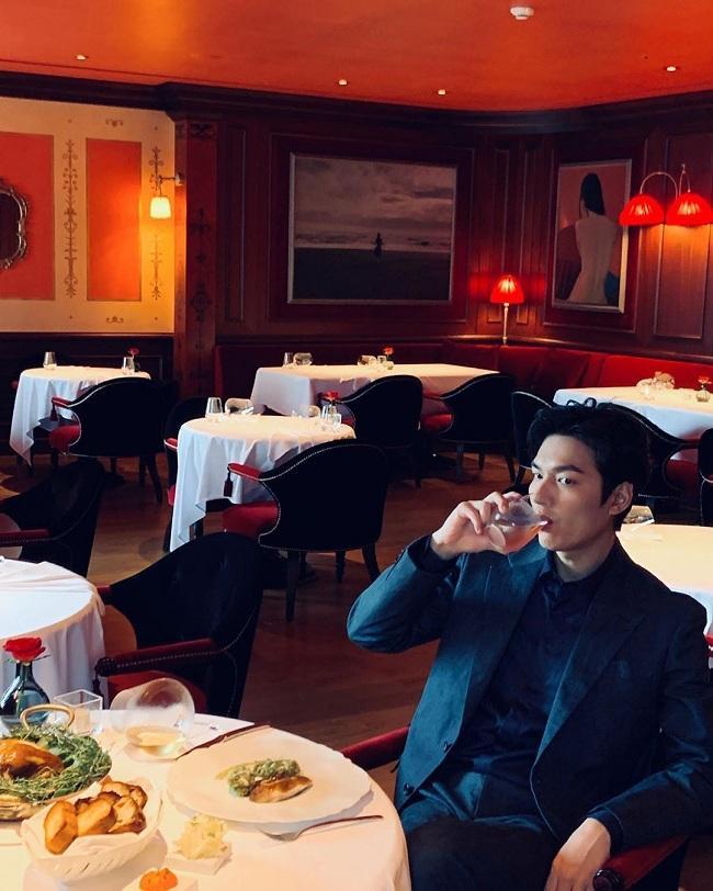 """Sau đó, ngôi sao của phim Boys over Flowers lại tiếp tục """" thả thính"""" fan trong style lịch lãm với trang phục vest màu xanh đen bên bàn ăn"""