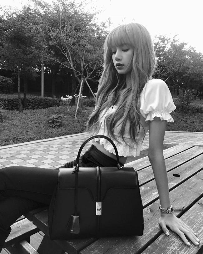 Lisa xinh đẹp của BLACKPINK cùng với Lady Gaga và Angelina Jolie là những tên tuổi đầu tiên được cầm trên tay túi xách 16 – là một trong số những thiết kế mới nhất từ BST Xuân Hè 2019 của Celine trước đó, thậm chí được hãng khắc tên viết tắt trên túi