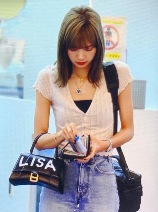 """Lisa xách kiểu túi Balenciaga được """"customized"""" có dòng chữ tên cô trên thân túi khiến các fan đều thích thú khi thấy thần tượng của mình được hãng thời trang ưu ái đến thế"""