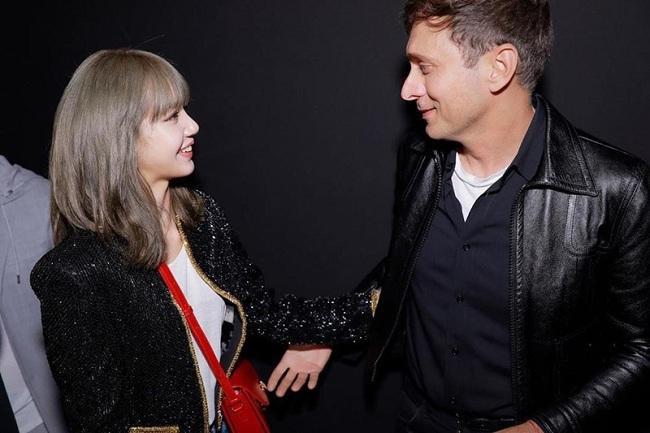 Nàng thơ của Celine bên cạnh Giám đốc Sáng tạo của Celine khi cô tham gia Tuần lễ Thời trang nam Xuân Hè 2020 diễn ra tại Pháp