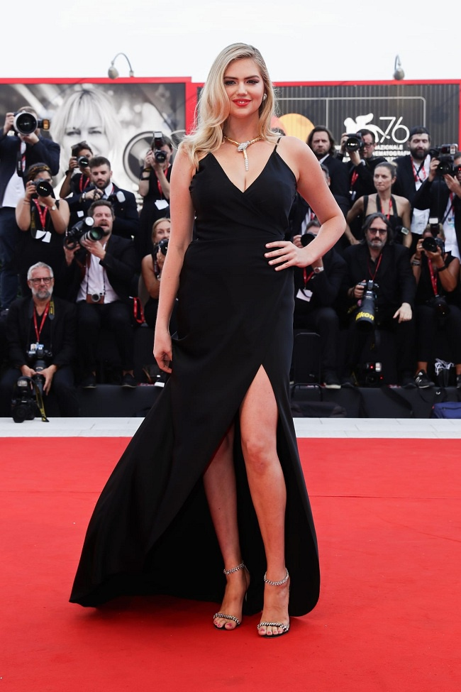 Người mẫu nội y Kate Upton nền nã với chiếc váy đen xẻ chân cùng chi tiết dây chuyền hình con rắn độc đáo