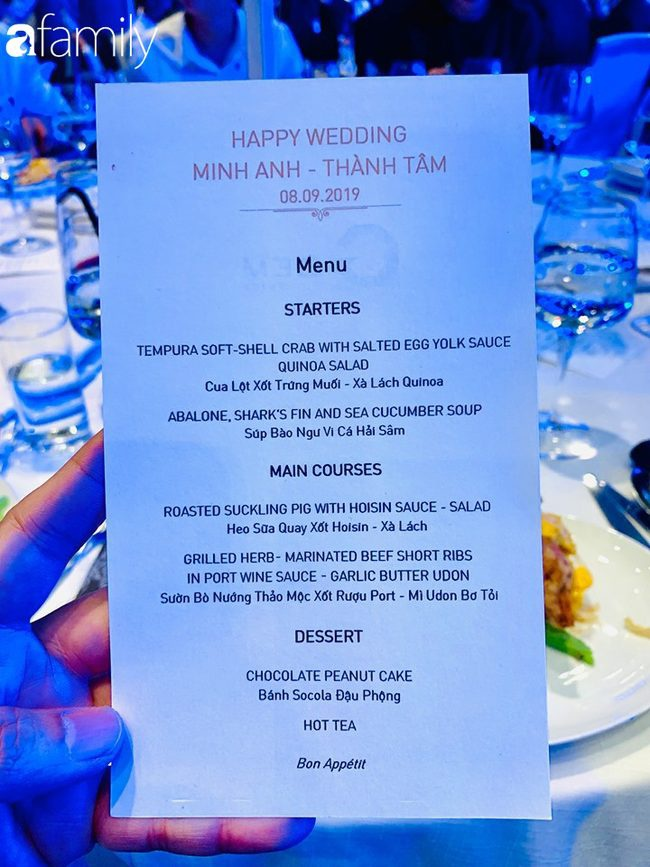 """Thực đơn tiệc cưới toàn món ăn """"sang chảnh"""" như: Cua lột xốt trứng muối – salad hạt quinoa, súp bào ngư vi cá hải sâm, heo sữa quay xốt hoisin, sườn bò nướng thảo mộc sốt rượu Port (Bồ Đào mỹ tửu), mì Udon bơ tỏi và bánh chocolate đậu phộng. (Ảnh: Afamily)"""