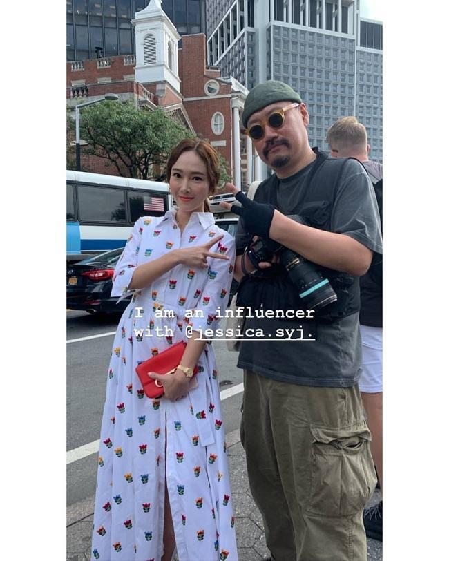 Nhan sắc bình thường, ưa nhìn của Jessica Jung khi chụp hình cùng một phóng viên tại New York Fashion Week