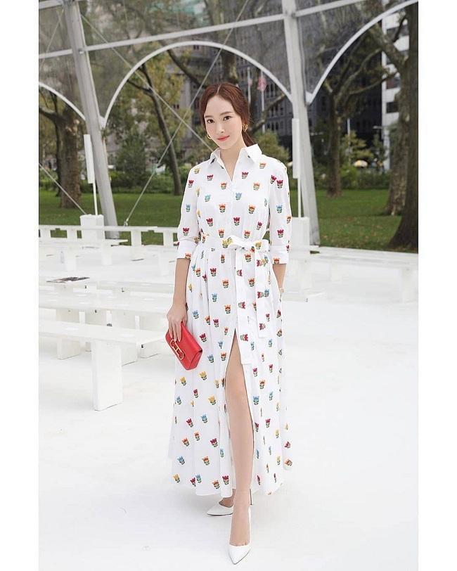Thiết kế váy và bao gồm phụ kiện mà Jessica khoác trên người đều đến từ nhà mốt Carolina Herrera