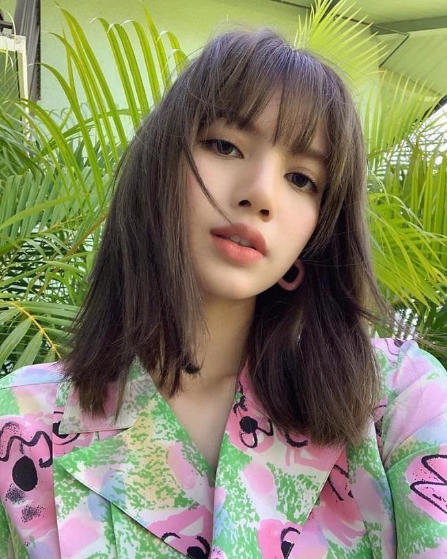 Búp bê sống Thái Lan Lisa khoe ảnh mặt không tô đậm quá nhiều phấn son trong thời gian đi du lịch cùng các chị em thành viên nhóm Black Pink