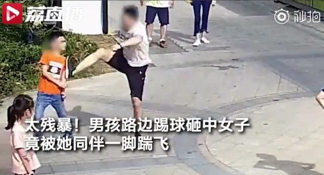 Hình ảnh người đàn ông đánh đập cậu bé đang chơi bóng từng gây sốt trên CĐM Trung Quốc.