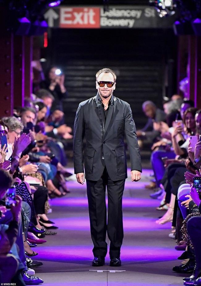 Tom Ford cũng là người mẫu kết show diễn trong sự tán thưởng của khán giả