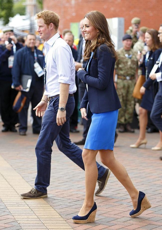 """Công nương Kate được dân tình khen vì cô nhiều lần """"tái sử dụng"""" đồ cũ để mặc được nhiều lần trong các sự kiện, không phung phí như nữ Công tước xứ Sussex"""