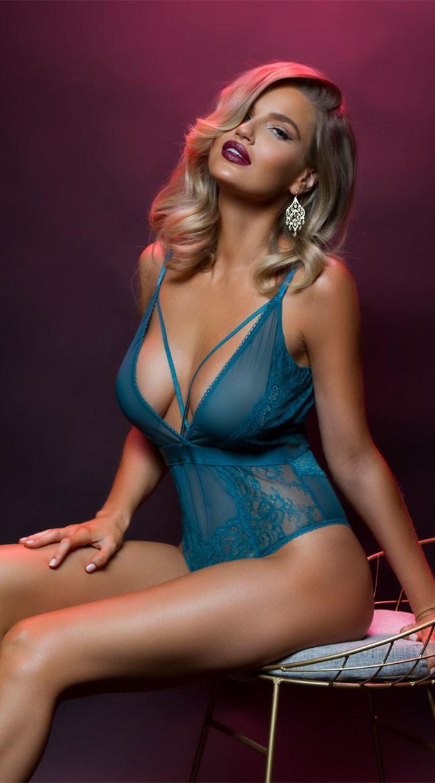 Với gương mặt đầy cá tính và thân hình cực chuẩn, Mortenson từng được hãng thời trang Guess chọn làm gương mặt đại diện mới thay cho Belen Rodriguez.