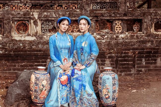 Bộ sưu tập áo dài 'Nhã nhạc cung đình Huế' khai thác các chất liệu truyền thống như voan, lụa, gấm.