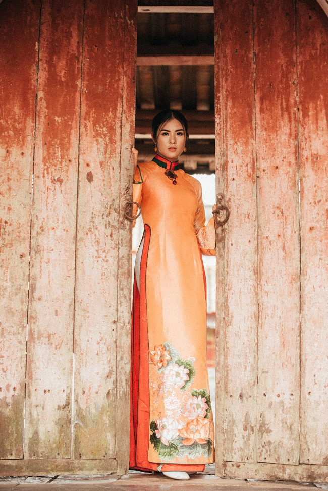 Hoa hậu Ngọc Hân khoác trên mình những mẫu áo dài đa sắc màu với đường cắt may vô cùng khéo léo