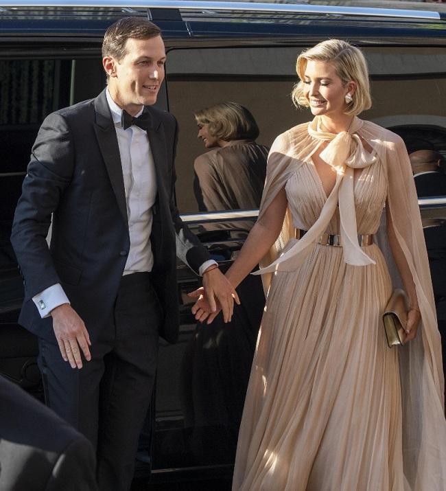 Trước đó, Ái nữ nhà Trump đã cùng chồng tay trong tay xuất hiện lộng lẫy trong chiếc váy màu rượu vang trước tiệc đám cưới