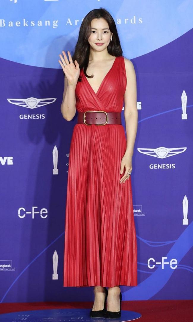 Nét duyên dáng, vẻ quyến rũ giúp Honey Lee trở thành tâm điểm của mọi sự kiện thảm đỏ ở Hàn Quốc