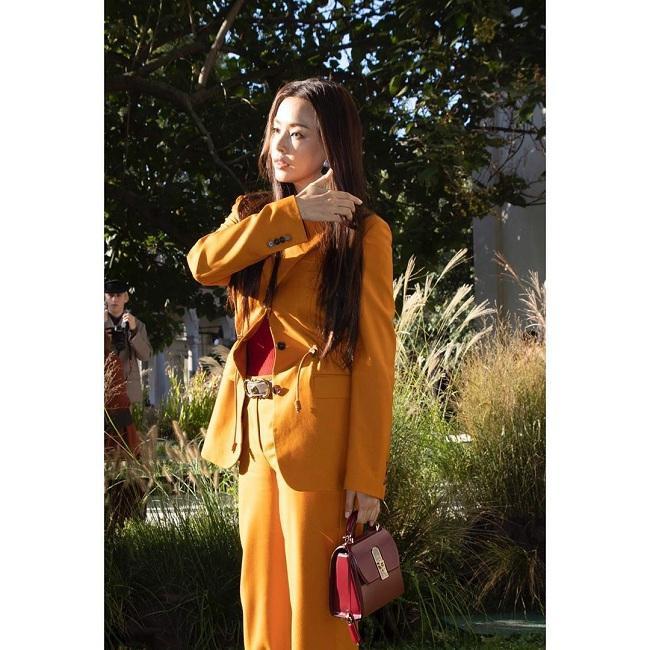 Nhan sắc không đùa được đâu của nàng Hậu đã 36 tuổi tại Tuần lễ thời trang Milan đẹp trong mọi góc nhìn