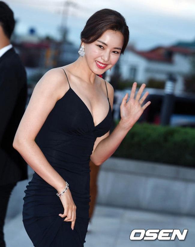 Vẻ gợi cảm của biểu tượng nhan sắc trên thảm đỏ Korea Drama Awards 2017 với vòng một căng đầy hút mắt