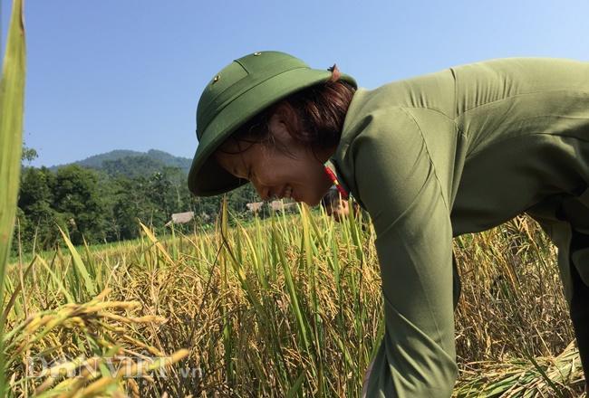 Trung úy Lý Huyền Trang lần đầu tiên tiếp xúc với công việc đồng áng nhưng rất tích cực tham gia giúp người dân.