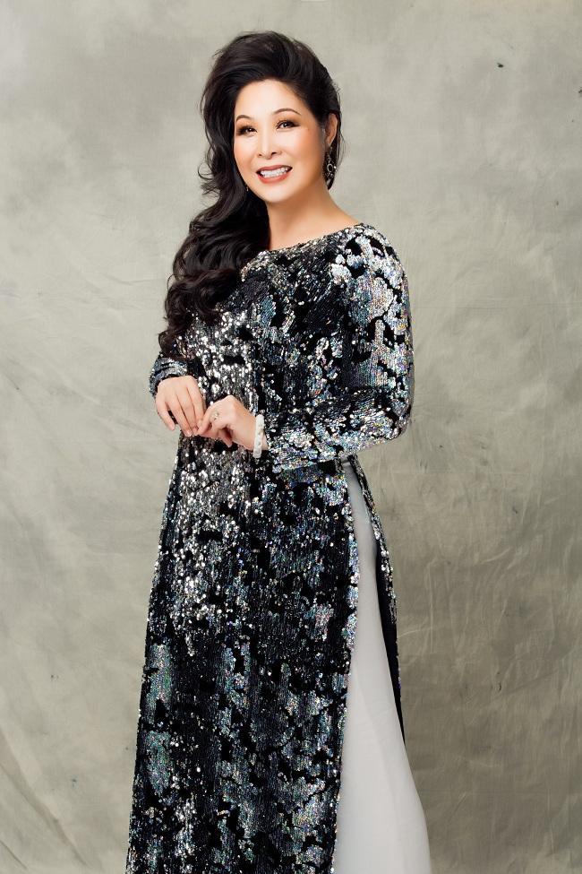 Nghệ sĩ Hồng Vân được nhà thiết kế Minh Châu thay đổi nhiều kiểu tóc, mang màu sắc mới lạ hơn trong loạt ảnh mới với áo dài