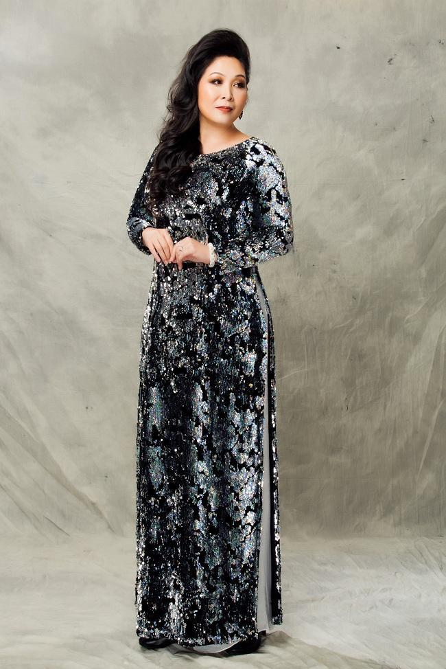 Nghệ sĩ Hồng Vân mặn mà quý phái với những mẫu áo dài trung niên ảnh 1