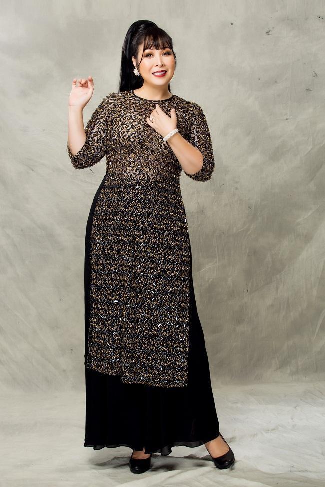 Hình ảnh người phụ nữ trung niên xinh đẹp, duyên dáng của nghệ sĩ Hồng Vân phù hợp với những trang phục mới nhất do NTK Minh Châu dành tâm huyết.