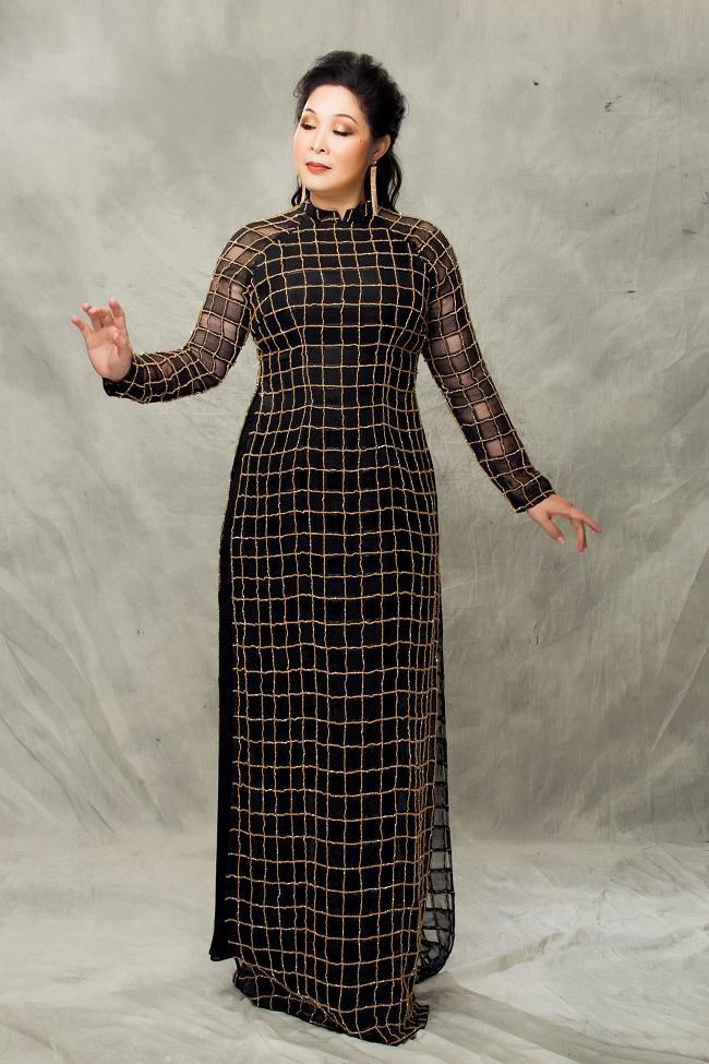 Nghệ sĩ Hồng Vân mặn mà quý phái với những mẫu áo dài trung niên ảnh 5