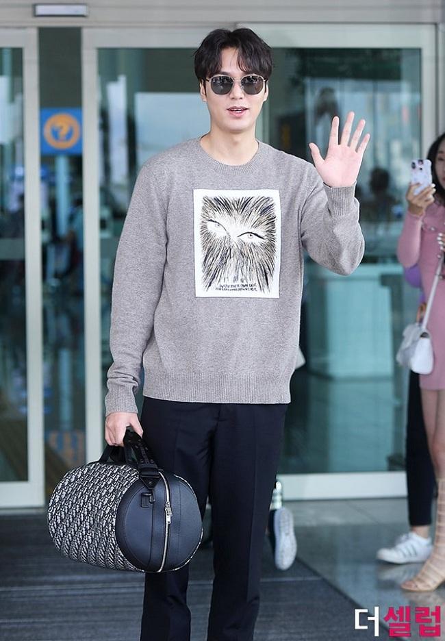 Phụ kiện túi xách và kính mắt thời trang kèm theo set đồ này của Lee Min Ho có giá 11.400.000 won (hơn 220 triệu đồng).