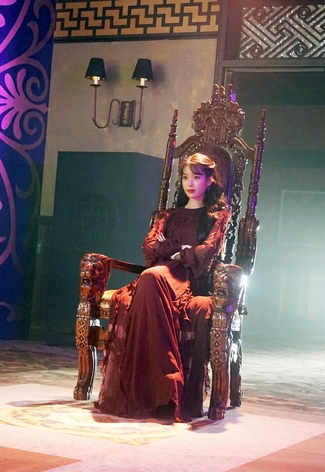 Thần thái như một bà hoàng của IU trong bộ váy đỏ burgundy quyến rũ này của hãng Giambattista Valli (khoảng 80 triệu VNĐ).