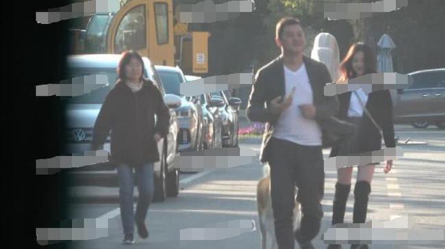 Lý Á Bằng cùng con gái Lý Yên cùng nhau dạo phố ở Bắc Kinh với bà nội của cô bé