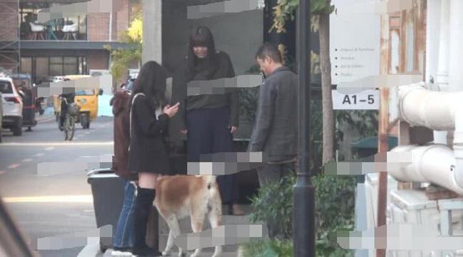 Có thể cảm thấy bầu không khí vui vẻ giữa Lý Á Bằng và con gái Lý Yên khi đi dạo phố, chụp ảnh cùng bà nội