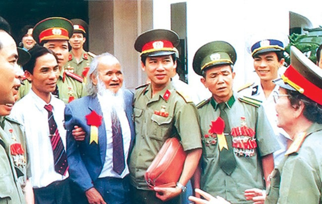 Anh hùng Đinh Núp (râu trắng) thăm Viện Bảo tàng Quân đội năm 1999. (Ảnh: CAND)