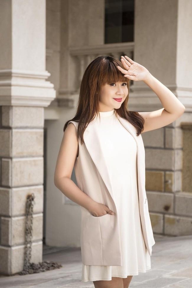 """Nhạc sĩ Lưu Thiên Hương là một trong những giám khảo xuất hiện xuyên suốt từ vòng sơ khảo đến chung kết """"Hoa khôi Sinh viên NHG 2020""""."""