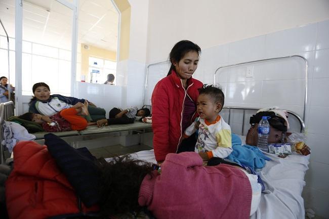 Hơn 100 người trong đó chủ yếu là trẻ em bị ngộ độc thực phẩm sau khi ăn đồ từ thiện. Ảnh: Công an nhân dân